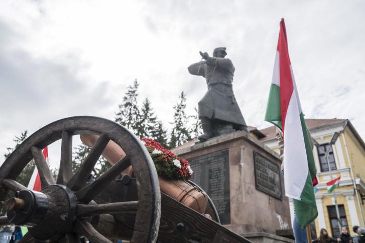Egy korhű ágyú makettje az 1848–49-es forradalom és szabadságharc évfordulója alkalmából rendezett ünnepségen Székelyudvarhelyen
