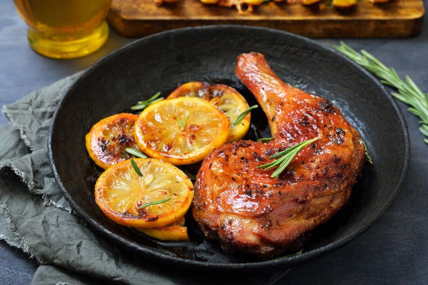 Citromos pácban érlelt sült csirkecombok: grillen és sütőben is megsütheted