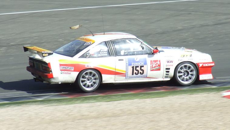 A proli-Porsche megint lobogtatja a farkát!