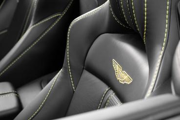 Hímzett Aston Martin logó a támlákon