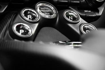 Aston Martin szokás a gombos váltó, de a kupéhoz van 7 sebességes kézi is