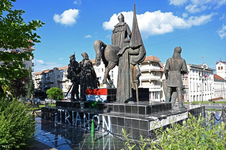 Vitéz Mihály havasalföldi vajda sepsiszentgyörgyi szoborcsoportja amelyet ismeretlenek megrongáltak 2021. június 5-én