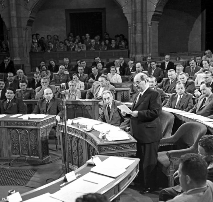 Nagy Imre miniszterelnök új kormánya programját ismerteti az Országházban 1953. július 4-én
