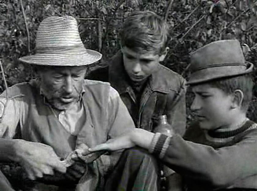Bánhidi László Matula bácsi, Seregi Zoltán Tutajos és Barabás Tibor Bütyök szerepében a Tüskevár című televíziós filmsorozat egyik jelenetében 1966-ban.