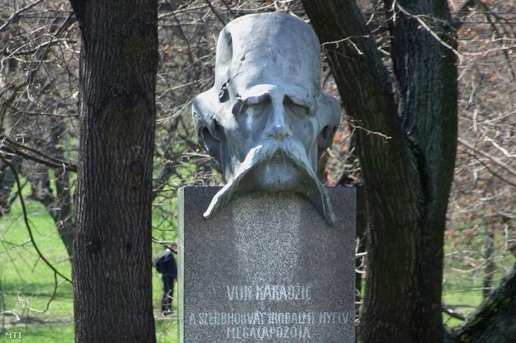 Vuk Karadzic szerb nyelvész szobra a főváros I. kerületében a Szarvas téren