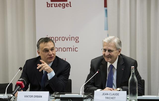 Orbán Viktor előadást tart a brüsszeli Bruegel Intézetben 2013. január 30-án. Mellette Jean-Claude Trichet, az Európai Központi Bank volt elnöke.