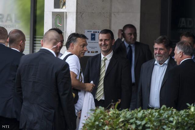 Orbán  megérkezik a Fidesz-KDNP frakcióülésére a Park Inn Sárvár szállóba 2012. szeptember 5-én.