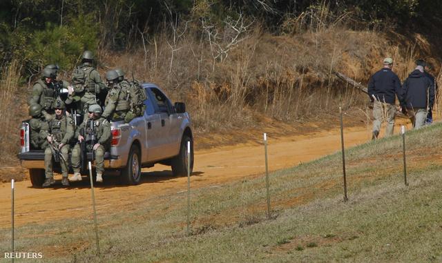 Az FBI kommandósai útban a bunkerhez, ahol Dykes fogva tartotta túszát