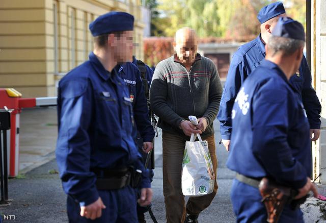 Rendőrök vezetik át 2012. november 4-én a kaposvári börtönbe a megyei bíróság épületéből az egyik gyanúsítottat, miután a Kaposvári Törvényszék elrendelte a 11 éves felsőmocsoládi kisfiú megölésével gyanúsított P. Erika, B. József és K. József előzetes letartóztatását.