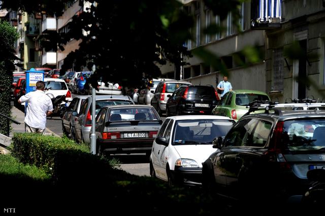 Parkoló autók a Gellérthegy utcában