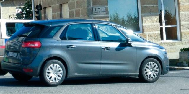 Az ajtókon húzódó hangsúlyos ív optikailag rövidebbre húzza az autót