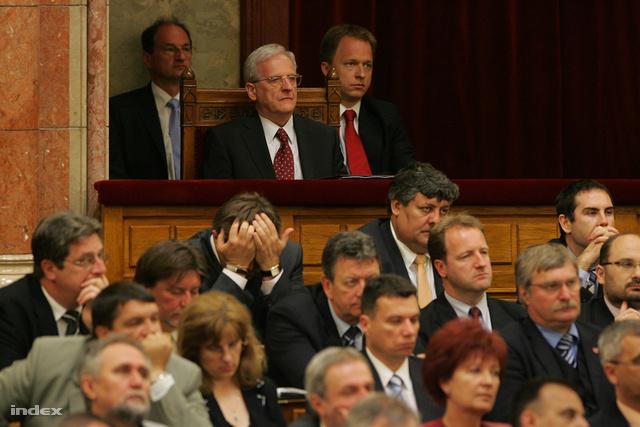 Sólyom László még 2010-ben, államfőként hallgatja a parlamenti vitát