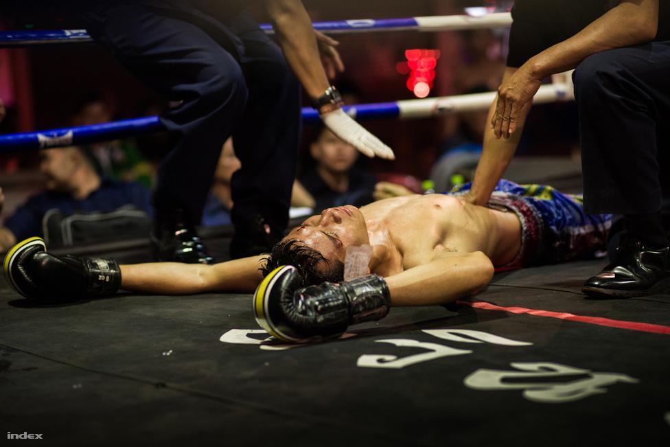 Minden második mérkőzés kiütéssel végződik. A ringet négy oldalról több bíró is figyeli egyszerre.