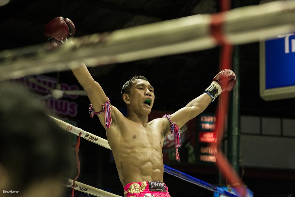Kiütéskor a bíró rászámol tízet a versenyzőre; amennyiben a földön fekvő nem tud tovább küzdeni, úgy a harcnak vége.