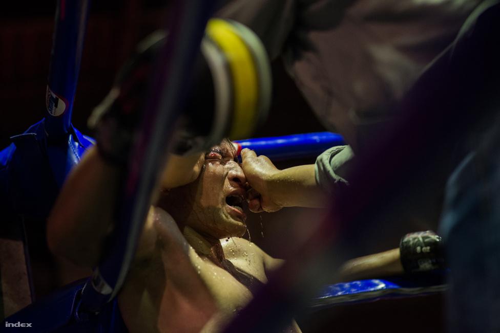 A küzdelem minimum három, maximum öt menetes. Egy menet 3 percig tart. A szünetekben a versenyzőket alumínium tálcába állított kisszékre ültetik, ahova nyugodtan folyhat a víz, izzadság és sok esetben a vér.