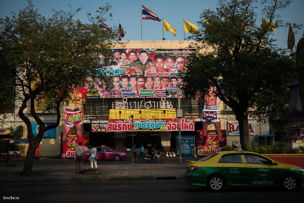 Bangkokban a Lumpine és a Ratchadamnoen stadion biztosít helyet a küzdelmeknek a hét minden napján. A jegyárak 1000 és 2000 Bath (7500 Ft - 15 000 Ft) között mozognak. Drága szórakozásnak számít a küzdősport, a jegyek ára alulról közelíti a szegényesebb havi fizetések összegét.