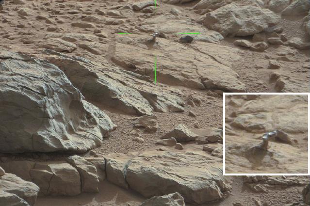 Fehér keretben kinagyítva látható a fényes tárgy