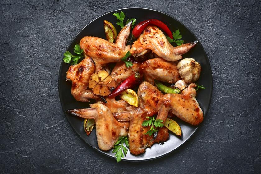 Csípős, omlós csirkeszárnyak sok fokhagymával: grillen és tepsiben is megsütheted