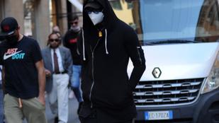 Egy ismert Mercedes-tulajdonost butikozós lődörgésen értek Milánóban