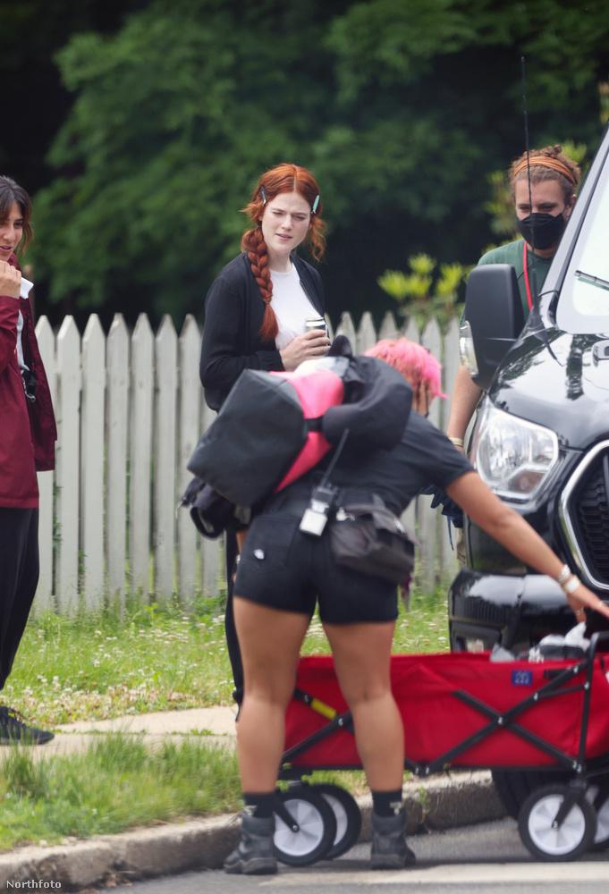 A sztori Audrey Niffenegger regényén alapul, amelyből 2009-ben már készítettek egy egész sikeres filmet: akkor Eric Bana játszotta a férfi, Rachel McAdams pedig a női főszerepet.