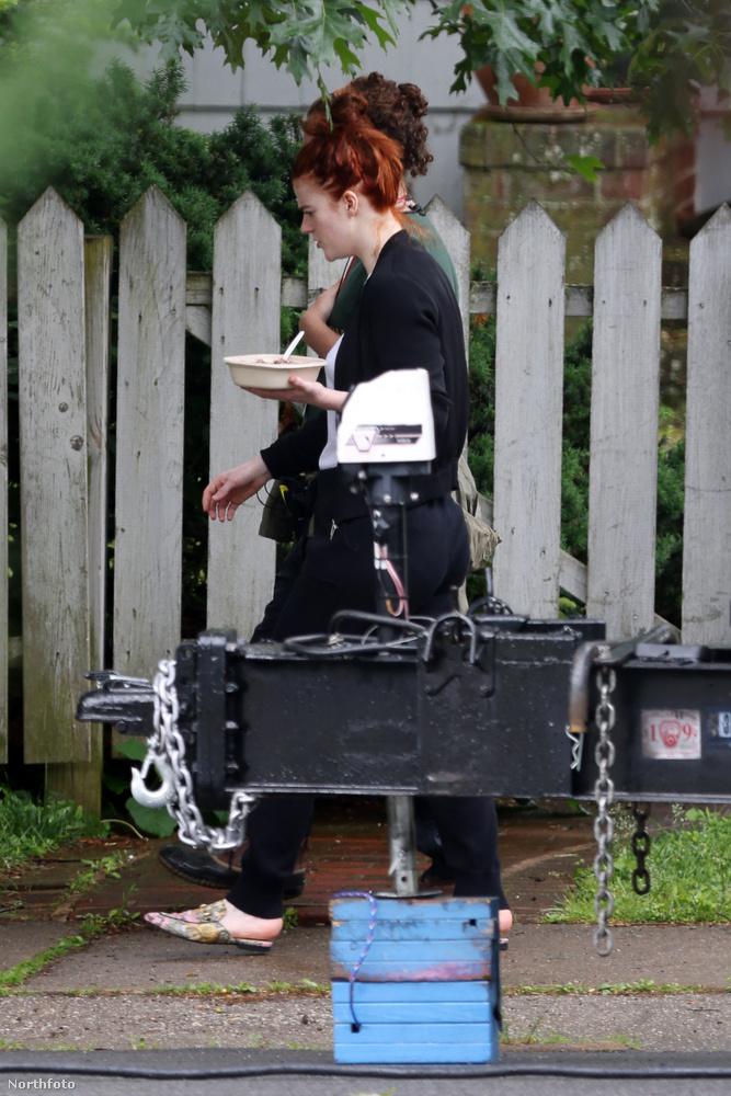Ebben a történetben most ennyi volt, de ha szeretne még néhány fotót látni a színésznőről, itt van egy sorozat, amelyen a férjével, Kit Haringtonnal sétálnak New Yorkban
