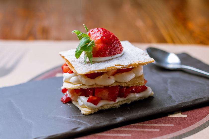 Roppanós, réteges mille-feuille: sok eperrel és tejszínnel lenyűgöző desszert
