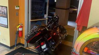 Beszorult a Harley-tolvaj, társát is feltartotta