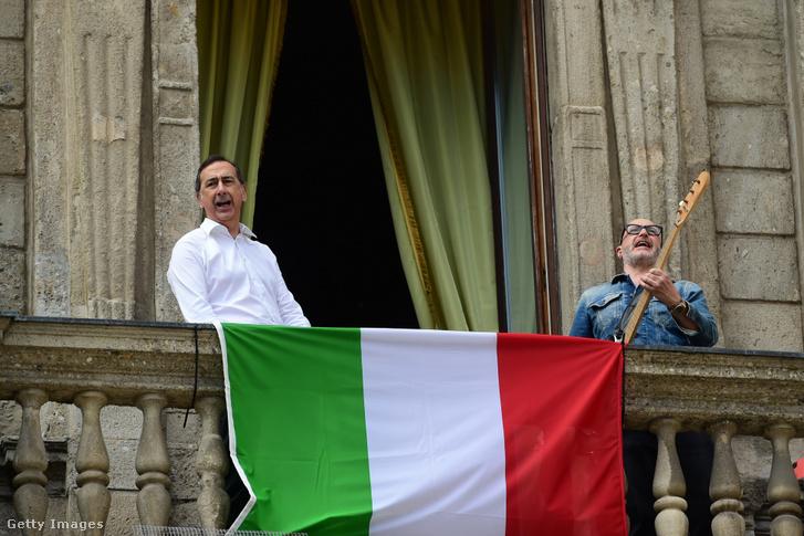 Giuseppe Sala (b) Milánó polgármestere a Bella Ciao dalt énekli 2020. április 25-én Milánóban, Olaszországban