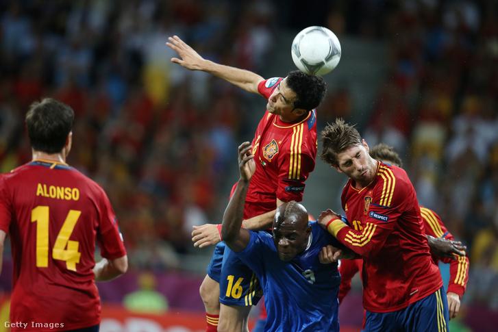 Az olasz Mario Balotelli és spanyol ellenfelei: Sergio Buquets, Sergio Ramos és Xabi Alonso a 2012-es Európa-bajnokság döntőjében Spanyolország és Olaszország között 2012. július 1-jén