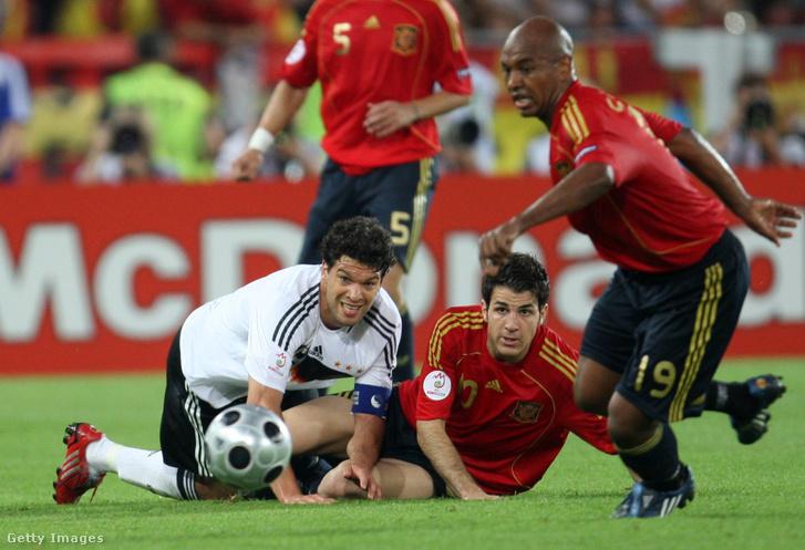 A német Michael Ballack és a spanyol Cesc Fabregas figyeli Marcos Sennát, amint a labda után fut az Euro 2008-as labdarúgó-Európa-bajnokság döntőjében Németország és Spanyolország között, a bécsi Ernst Happel Stadionban 2008. június 29-én