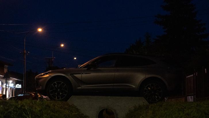 Bizony autókkal, bizonyos pillanatokban érdemes napfelkelte elött útra kelni, ha a vezetés élményét keressük