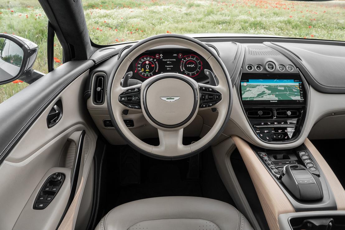 Nem a gomboktól, hanem az anyagoktól-formáktól különleges az Aston vezetői környezete