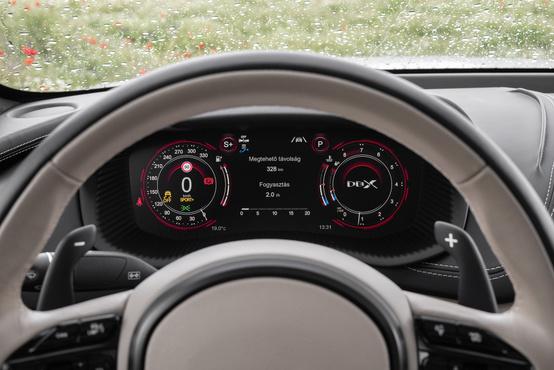 LCD az óracsoport, de sok beleszólásunk nincs, hogy nézzen ki. Sport+ módban viszont jó sok infót ad, a váltó hőmérsékletét is mutatja