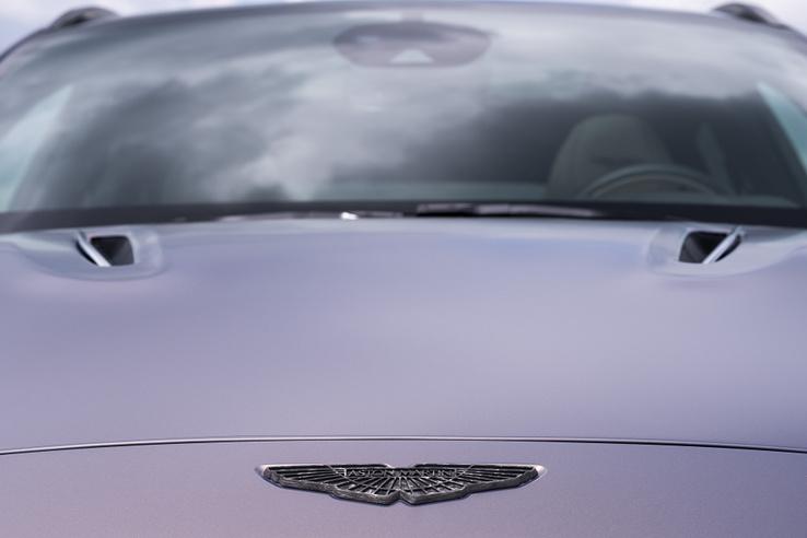 Elképesztő a műanyagból mart, hiperdrága jelvény - a két szellőző a motorháztetőn viszont valódi, a hengersorok felett eresztik ki a meleget