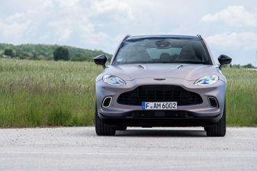 Szemből hasonlít rá kicsit a Ford Kuga, de annak pont fordított a hűtőrácsa - meg persze arányosabb, szebb az Aston