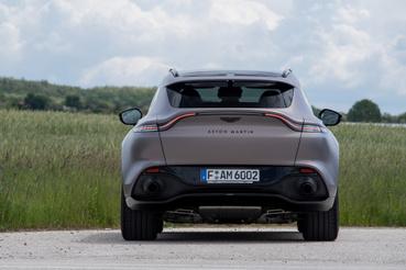A hátsó lámpasor íve a többi Astonra hajaz, csak it magasabban van jóval. Mégis nagyon egységes, bátor forma