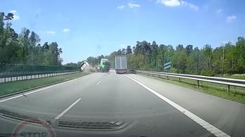 Videó: darabokra tépte a szalagkorlátot a repülő kamion
