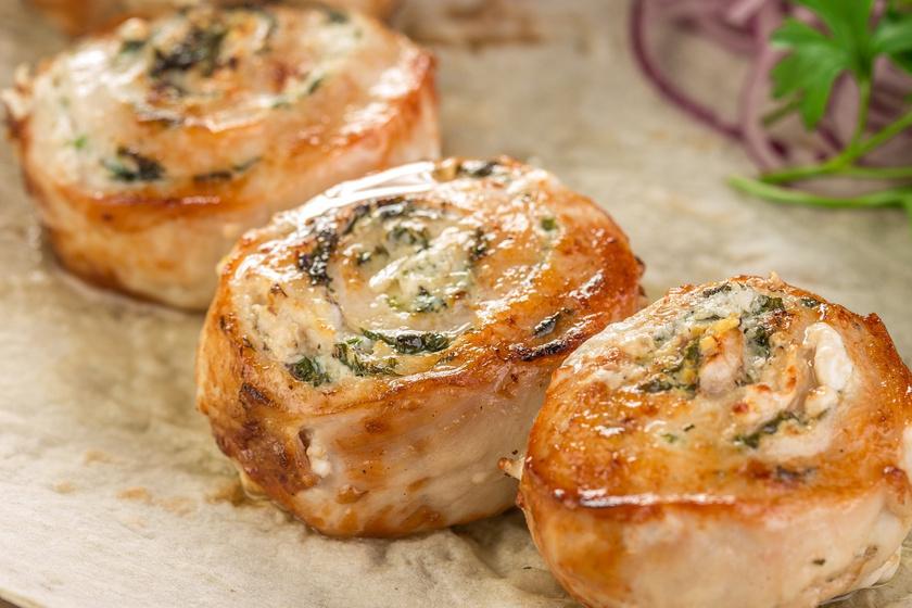 A csirketekercsek muffinsütőben készítve étvágygerjesztőek lesznek. A vékony hússzeletek gyorsan átsülnek benne. Rejthetsz a tekercsekbe sajtot, zöldfűszereket is. Ha baconbe tekered, nem fognak kiszáradni a sütőben.