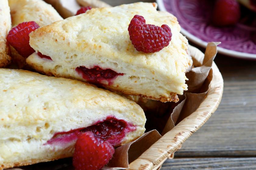 Kókuszos-málnás angol teasütemény – A scone tésztája egészen omlós