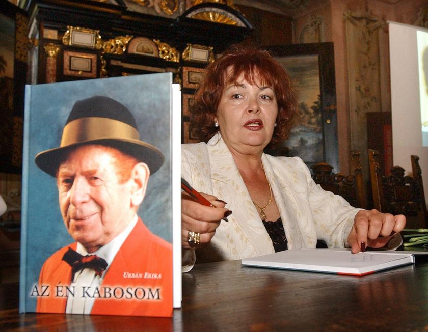 Urbán Erika 2005 szeptemberében Kabos Lászlóról írt könyvét dedikálja, miután átvette Sárvár város posztumusz díszpolgár címét, amelyet a Jászai Mari-díjas színésznek adományoztak.