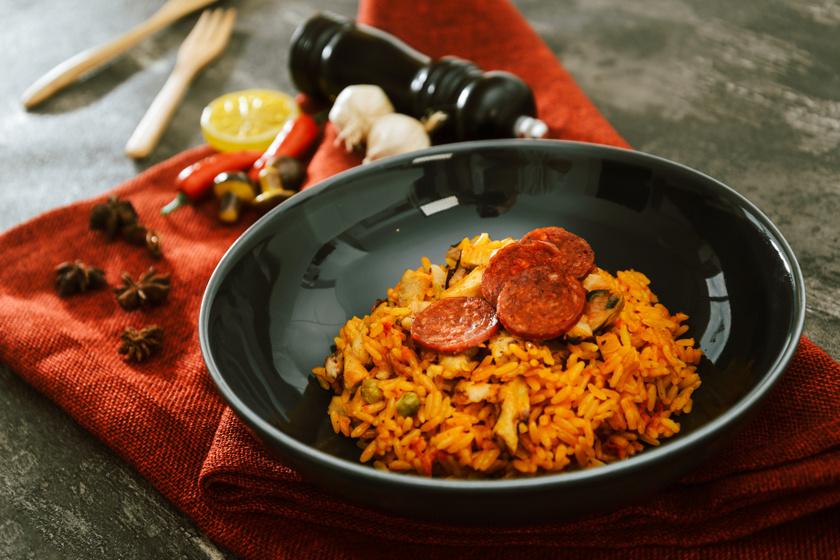 Kiadós, rizses egytálétel úgy, ahogy a spanyolok szeretik: a paella régiónként eltérően készül
