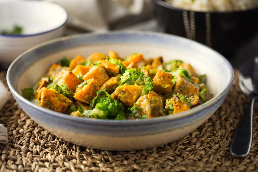Fűszeres édesburgonyás curry brokkolival: kiadós, szaftos, és nem nehezít el