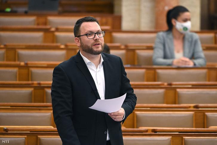 Schanda Tamás az Innovációs és Technológiai Minisztérium parlamenti államtitkára napirend előtti felszólalásra válaszol az Országgyűlés plenáris ülésén 2021. június 8-án