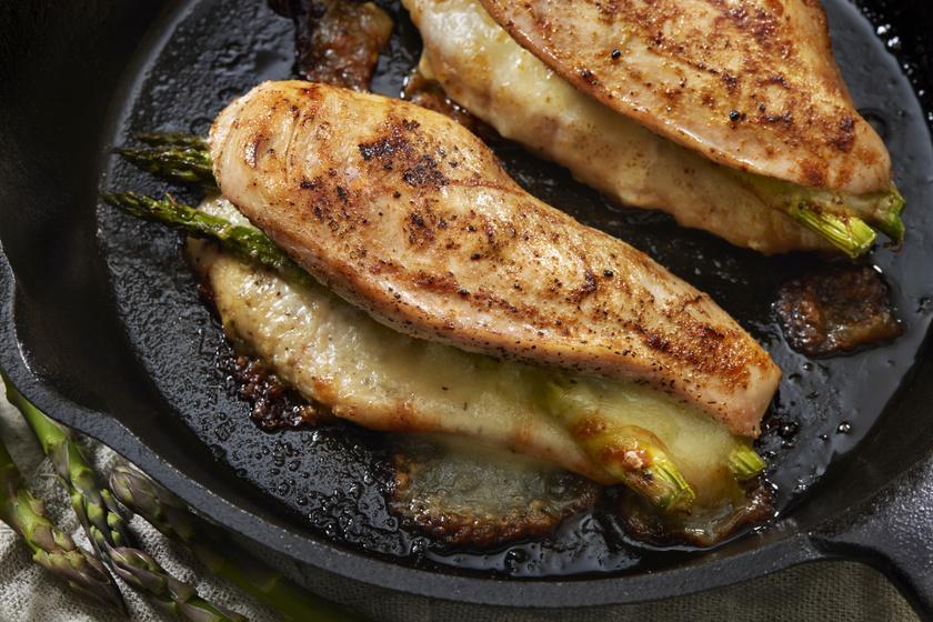 Sajttal, spárgával töltött csirkemell: ínyenc főfogás a sütőből