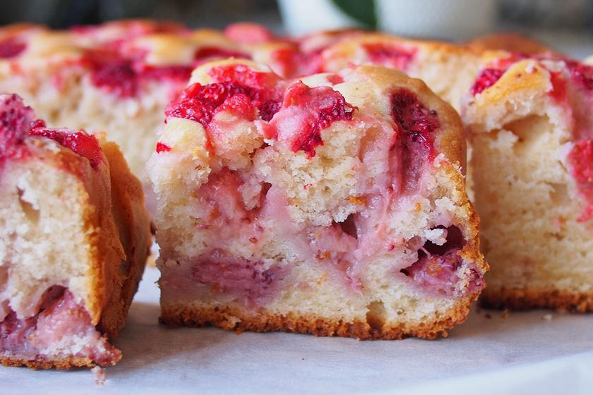 Epres, joghurtos kevert süti pillanatok alatt: belesül a gyümölcs a puha tésztába