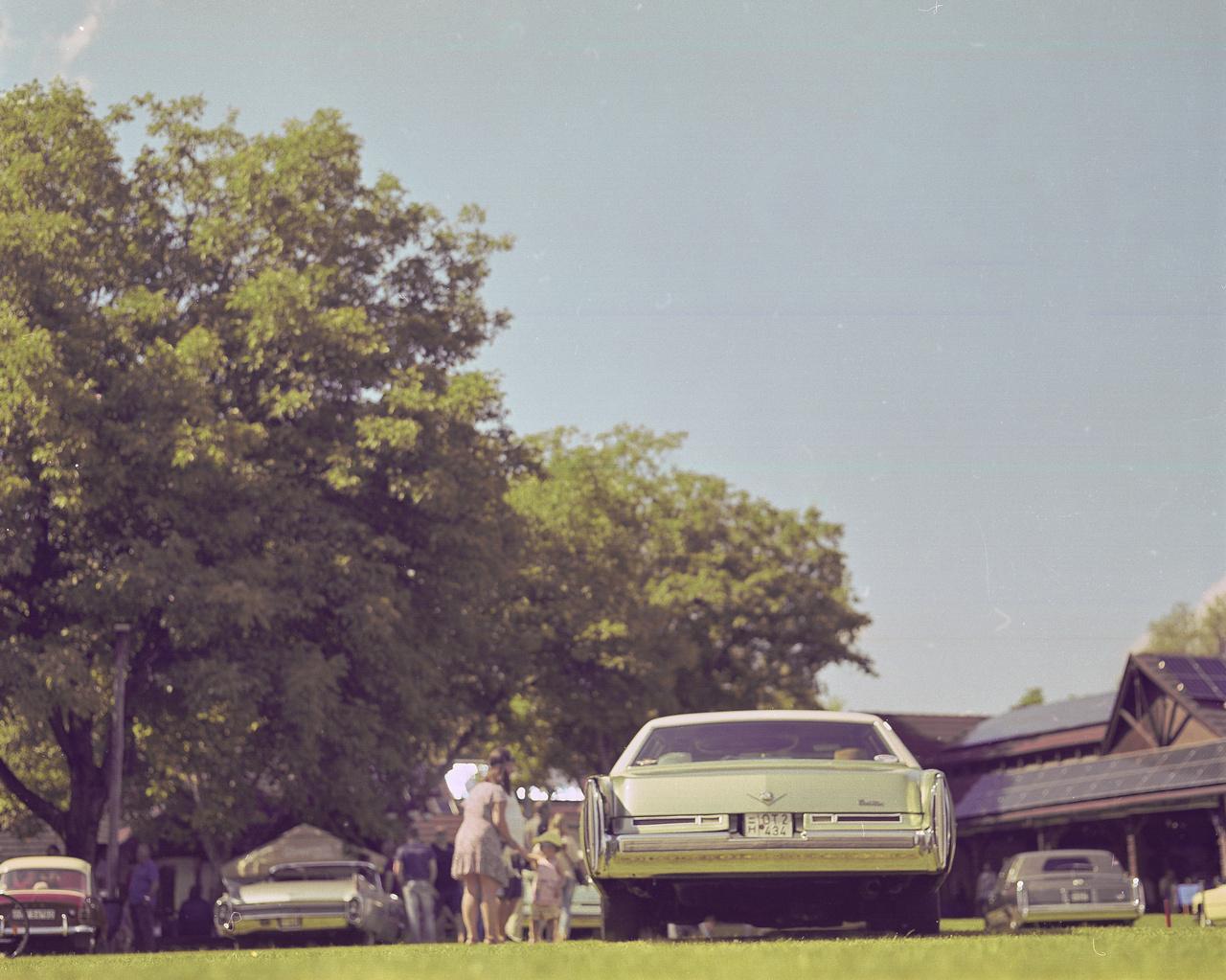 Történt ugyanis, hogy nem meglepő módon elbeszélgettük az időt, elkezdett oszlani a jónép (pompakocsi-tulajként ez áthallásosan humoros, de sejtem, hogy csak nekem), viszont ott maradt egy Moloney Coachbuilders által épített Cadillac Brougham limuzin.