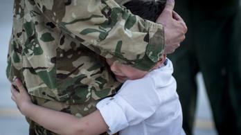 Megindító képek az Afganisztánból hazatérő magyar katonákról