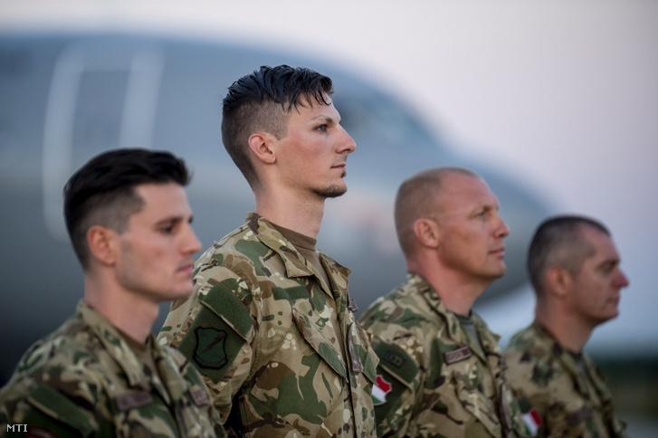 Az afganisztáni szerepvállalás befejeztével Magyarországra érkezett utolsó váltás katonái a kecskeméti MH 59. Szentgyörgyi Dezső repülőbázison 2021. június 8-án
