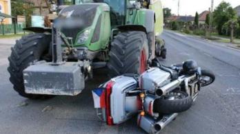 Cseh motoros került a traktor kereke alá