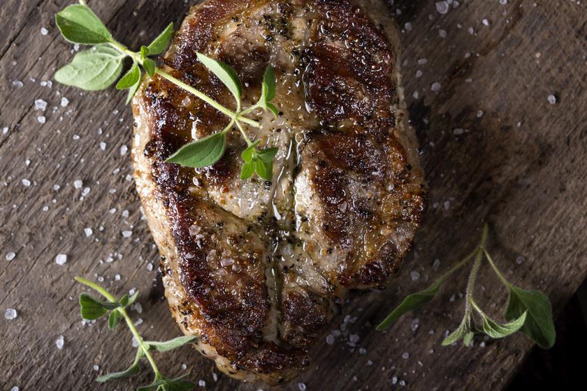Grillezett, fokhagymás pácban érlelt sertéstarja: így biztosan szaftos marad a hús